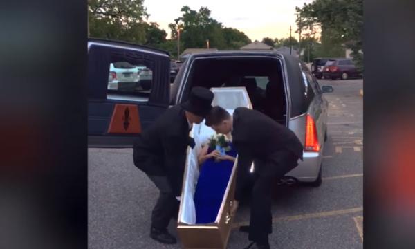 Budallallëku s'ka fund: Maturantja shkon me arkivol në maturë (VIDEO)