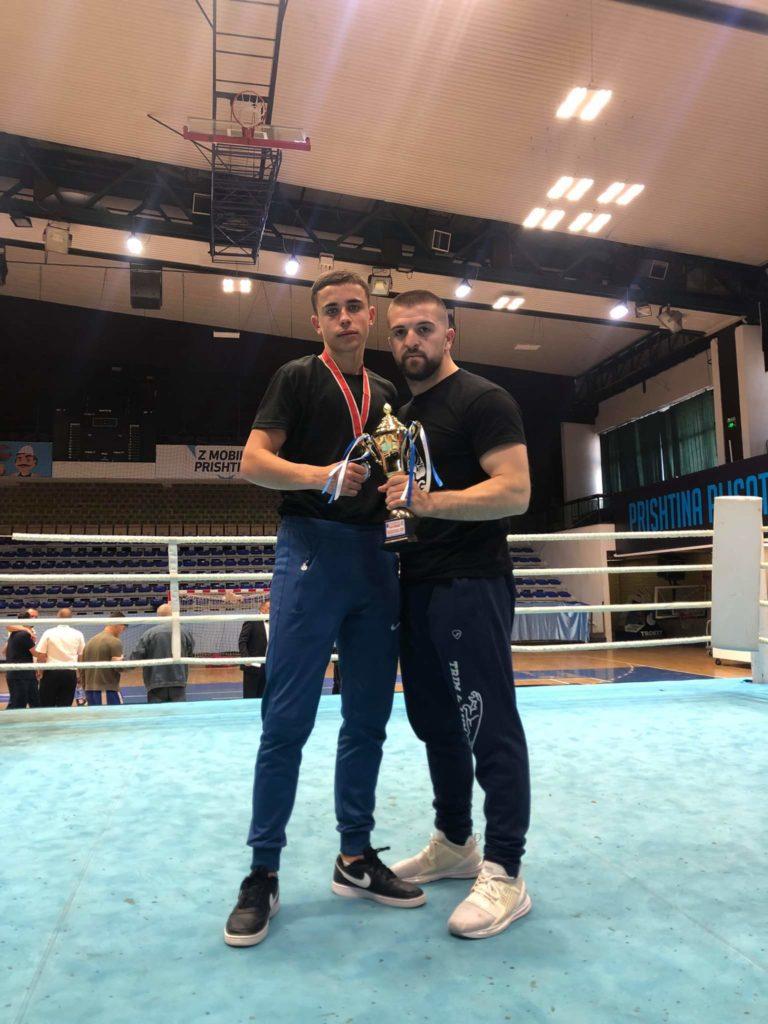 """Almi Roçi, boksieri nga Belica i klubit """"Veleshta Boxing"""" shkëlqen në Prishtinë (FOTO)"""