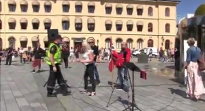 Në protestën antislamike në Norvegji hidhet Kurani në tokë, shqiptari reagon fuqishëm (VIDEO)