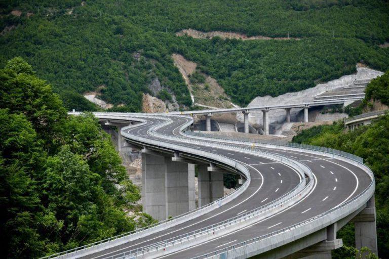 """Kujdes, mos e ndalni veturën në urën e """"Arbën Xhaferit"""", ky dënim ju pret! (FOTO)"""