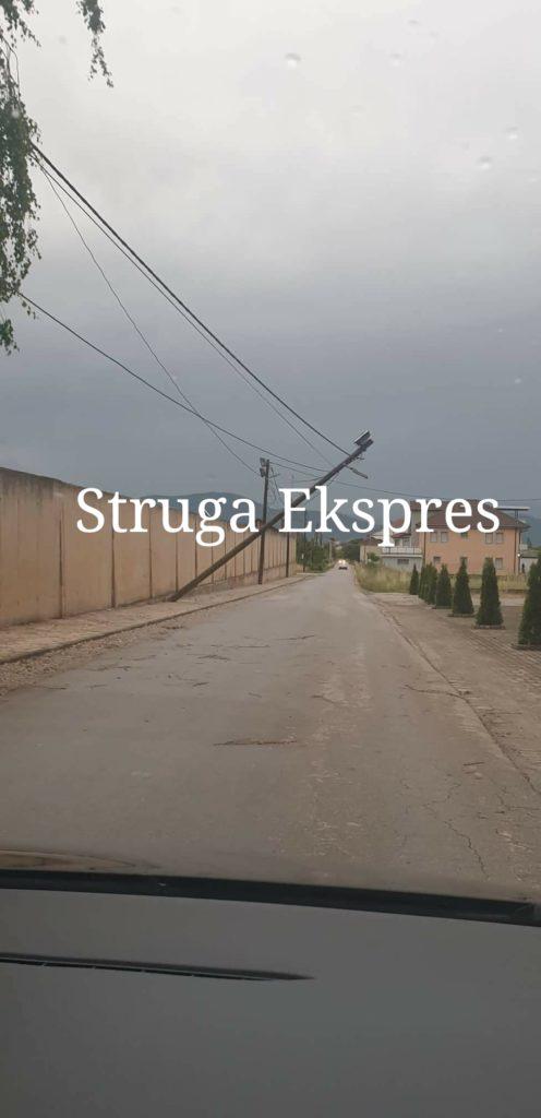 Era e fortë shkul nga vendi shtyllën elektrike në Rasatnik- Ladorisht (FOTO)