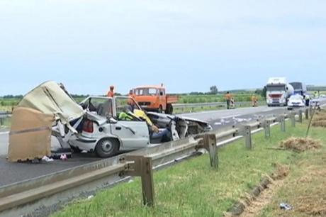 Tragjedi e madhe: Vdesin babai dhe vajza në autostradën e Serbisë/ Në rrugë kukulla dhe rroba (FOTO)