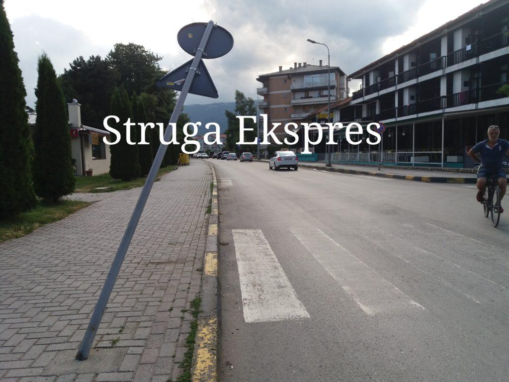 Dëmtohet sinjalistika rrugore tek rruga afër plazhit të Strugës (FOTO LAJM)