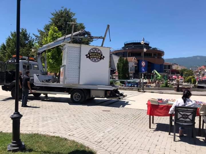 Pas reagimit të Besës së Strugës, Komuna e Strugës largon kioskën nga bulevardi