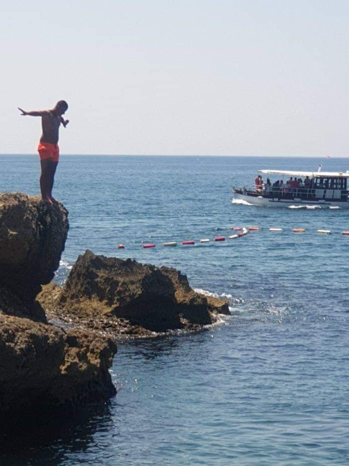 Dr. Ilir Hasani alarmon: Mos u hidhni me kokë në ujë, lëndimet mund të jenë të tmerrshme