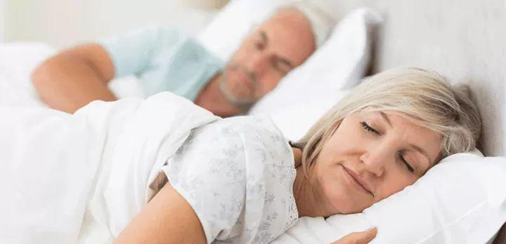 Ja sa orë gjumë duhet të flejë njeriu sipas moshës së tij