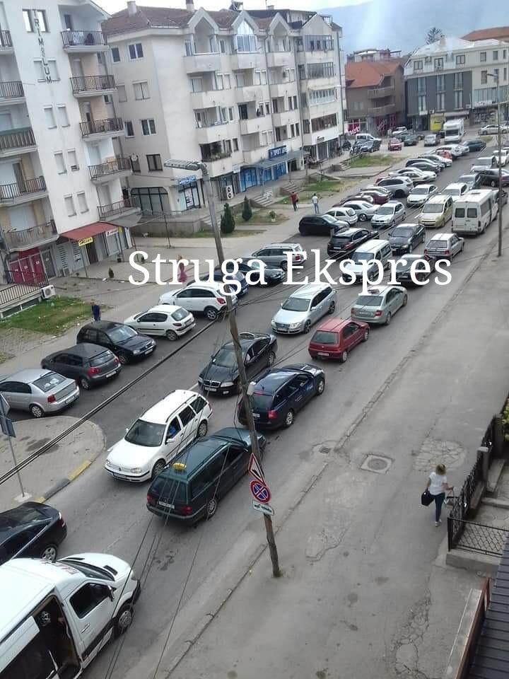 Trafik i stërngarkuar në Strugë, krijohen kolona mbi 300 metra (FOTO)