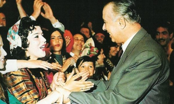 E varrosën të gjallë sepse refuzoi dashurinë e Enver Hoxhës