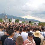 Banorët e Llabunishtit protestojnë kundër guroreve, bllokojnë rrugën Strugë-Dibër (FOTO LAJM)