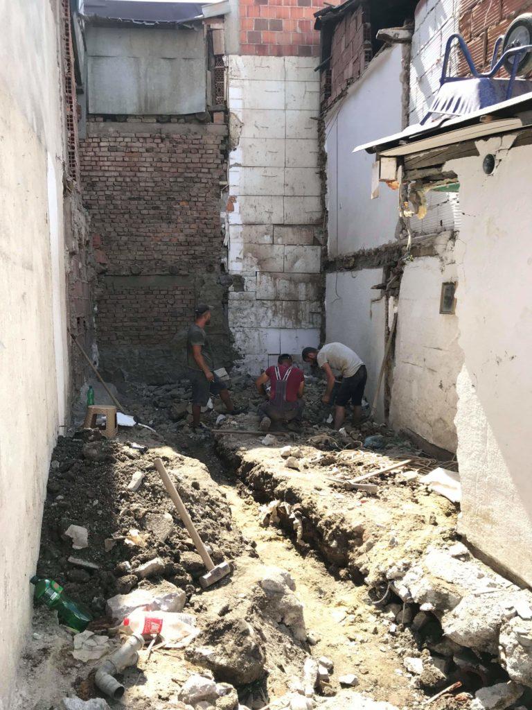 Familja strugane ka nevojë ta ndihmoni për ndërtimin e shtëpisë