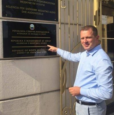 Izmit Nura e nis detyrën e re si zv.drejtor duke prezantuar SHQIPEN tek tabela në hyrje të objektit (FOTO)