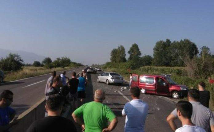 Aksident në autostradën Tetovë-Gostivar: Pesë persona të lënduar, në mesin e tyre edhe 3 fëmijë