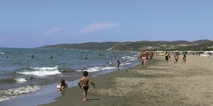 Humb jetën pushuesi në plazhin e Durrësit