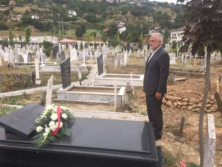 Menduh Thaçi homazhe te varri i Arbën Xhaferit në përvjetorin e vdekjes së tij
