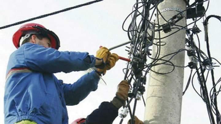 E dhimbshme: Vdes puntori i EVN-së nga një goditje elektrike duke punuar