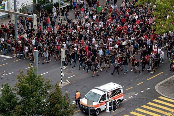 Policia zvicerane të shtëna paralajmëruese ndaj tifozëve huligan të Zvezdës (FOTO)