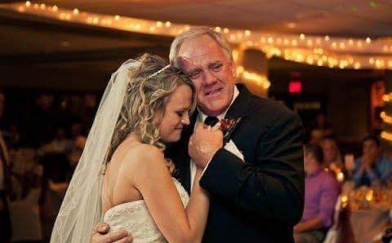 Letra prekëse e babait për të bijën: Gjej dikë që të do kaq shumë sa unë