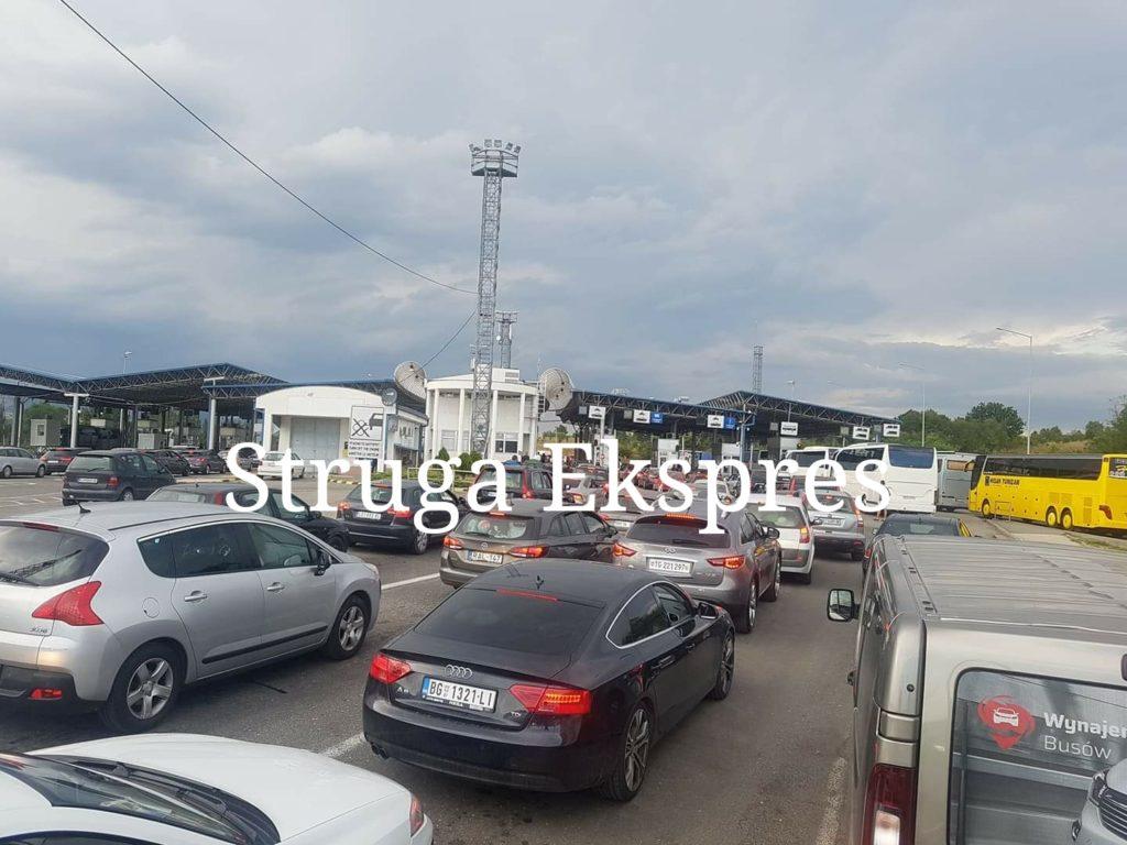 Kolona të gjata në kufirin Maqedoni-Serbi, pritje me orë të tëra për mërgimtarët (VIDEO)