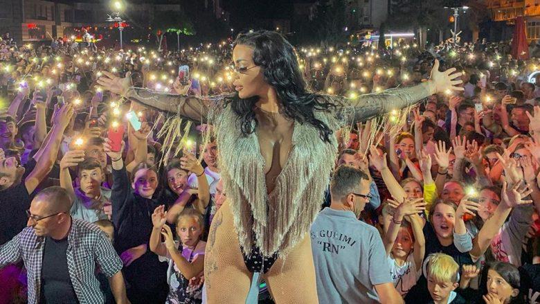 Këngëtaret pa talent dhe me një gjethe fiku, fitojnë mijëra euro për një natë
