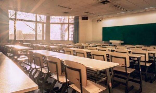 Tragjedi në ditën e parë të shkollës, vriten me thikë 8 fëmijë (VIDEO)