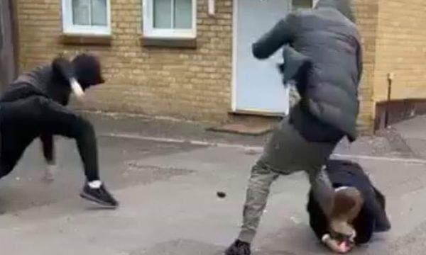 Plaçkitet në mes të rrugës, por viktima nuk dorëzohet pa ia kafshuar këmbën hajdutit (VIDEO)