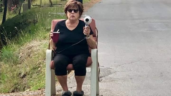 """Gjyshja me """"radar"""" ndalon shoferët arrogantë (FOTO)"""