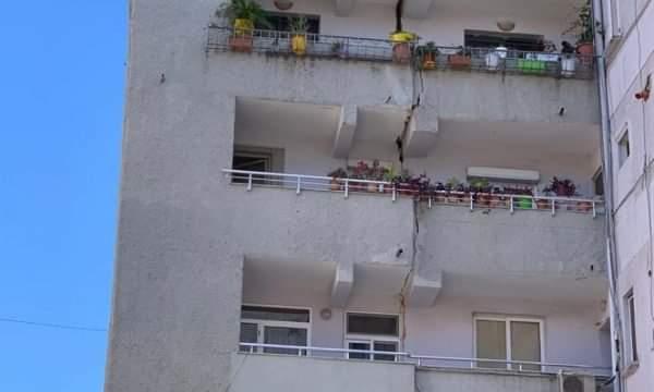 Nga tërmeti i fortë çahet në mes pallati në Durrës (FOTO)
