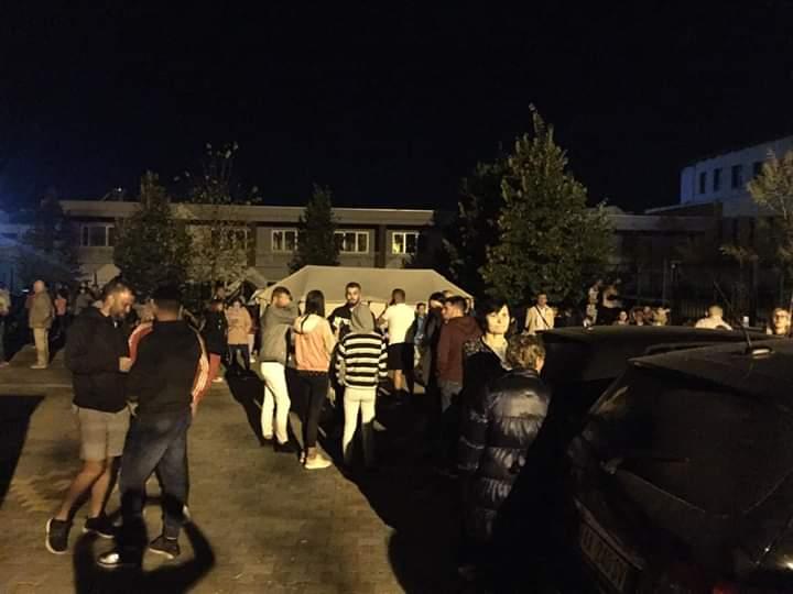 Pas lajmit të rremë për tërmet, qytetarët e Tiranës kalojnë natën në rrugë (FOTO)