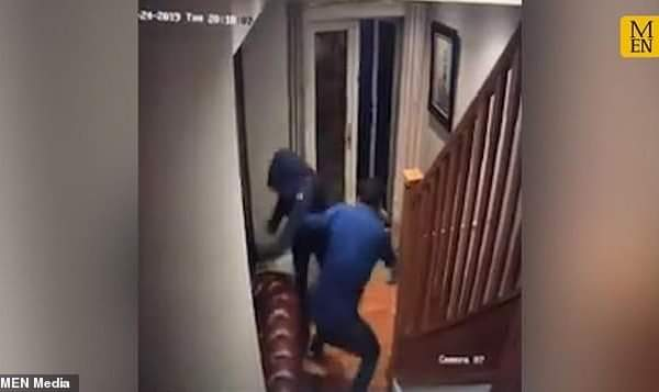 Shikoni se si një person rrah katër hajdutët të cilët u futën në shtëpinë e tij (VIDEO)