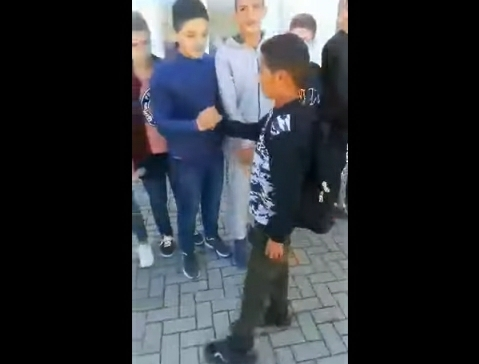 Emocionuese/ Nxënësi përshëndet mësuesin e shokët e klasës, shkon në Gjermani (VIDEO)