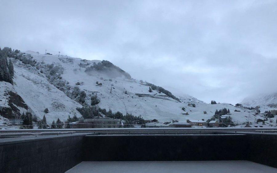 """Dimri """"troket"""" në Zvicër, borë nëpër male"""
