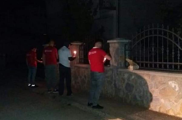 Në Dibër, rinia e BESËS vendosi qirinj nëpër lagjet e qytetit