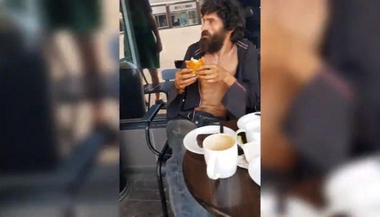 Kamerieri i kafeterisë së njohur përzë të pastrehurin që po hante ushqim edhe pse një burrë ja kishte paguar, revoltohen keq klientët (VIDEO)