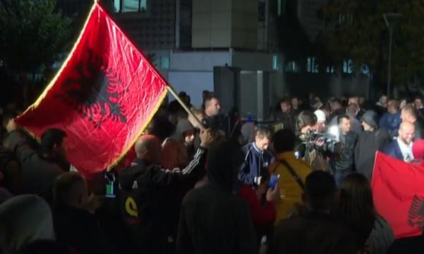 Lajmi i fundit/ Simpatizantë të Lëvizjes Vetëvendosje fillojnë festën e fitores në Prishtinë