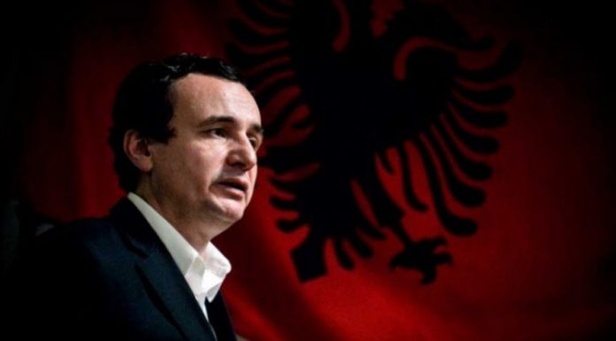 Ky është personi i parë që e vizitoi Albin Kurti pasi fitoi zgjedhjet në Kosovë (FOTO)
