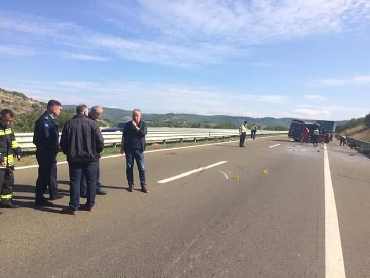 Tragjedi e madhe: Aksidentohet minibusi i linjës Durrës-Prishtinë, humbin jetën 2 persona, 5 në gjendje të rëndë