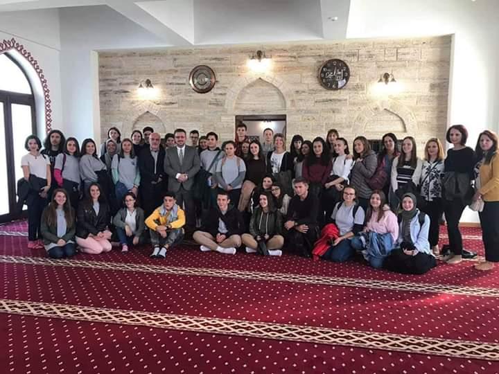 Myftiu Salim Sulejmani mirëpriti nxënësit e Manastirit dhe Strugës, këta të fundit falenderojnë myftiun për mikëpritjen (FOTO)