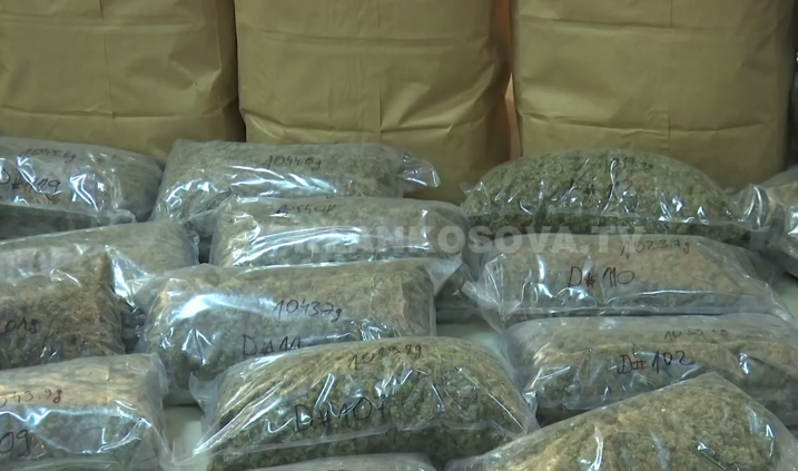 Në Qafë Thanë gjenden 19 pako me drogë poshtë ulëses së shoferit