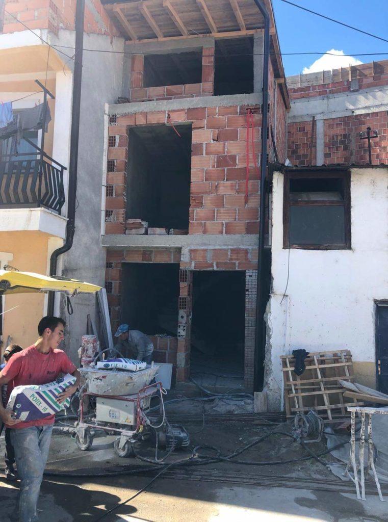 Pas publikimit në Struga Ekspres për ndihmë humanitare, SHERIF KOMERC ndihmon familjen strugane duke suvatuar komplet shtëpinë (FOTO)