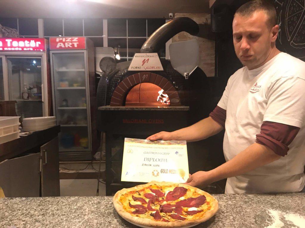"""PizzaArt-Strugë me picierin Ervin Lipe fiton medaljen e Artë në konkursin ndërkombëtar të """"Gastro Mak 2019"""" (FOTO)"""