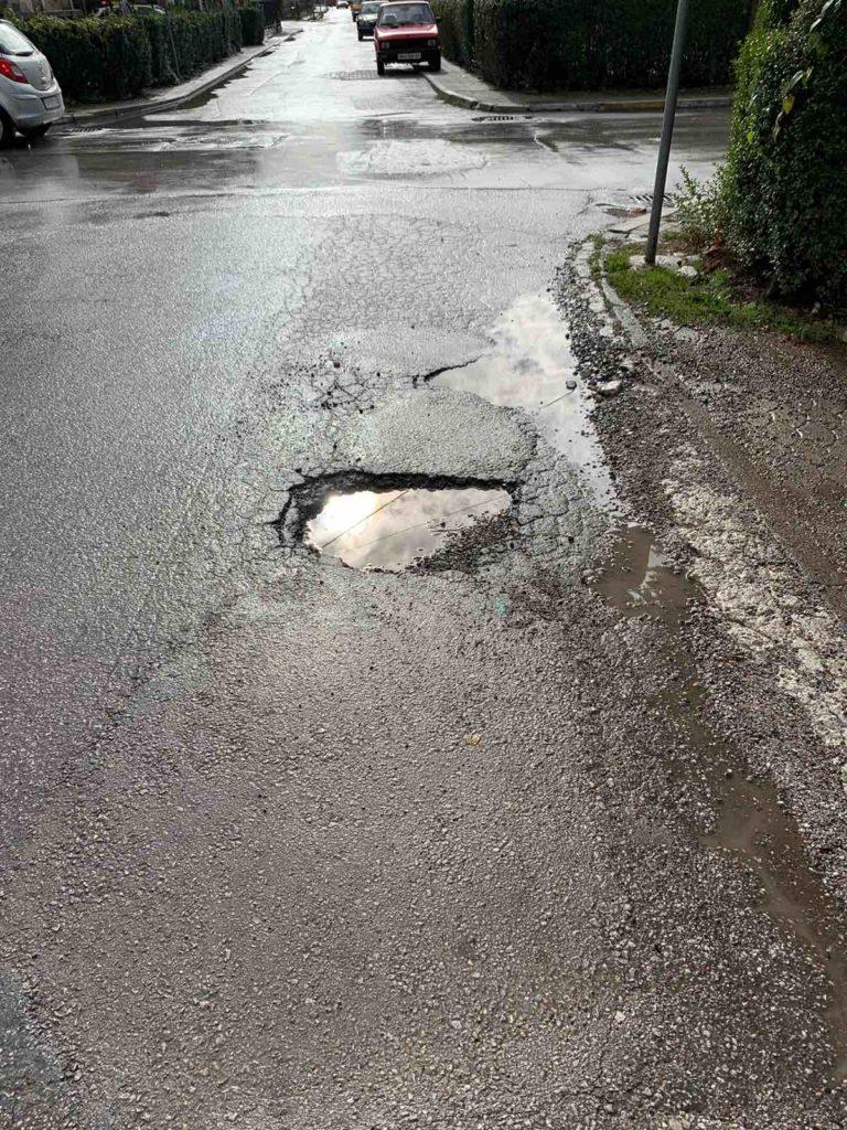 Kujdes nga kjo gropë në rrugën e Strugës që të çon drejt plazhit (FOTO LAJM)