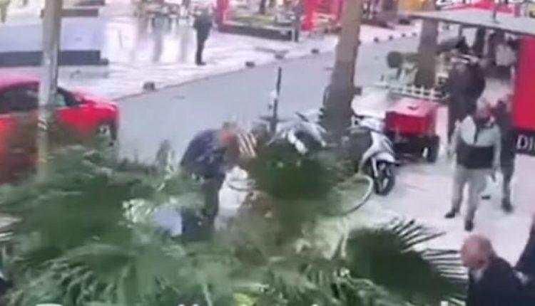 Pamje të rënda nga Durrësi, këputet palma dhe zë poshtë kalimtarët (VIDEO)
