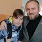 Profesori nga Tetova me lot në sy përcjell nxënësin për në Gjermani!