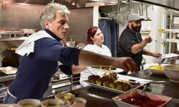 Këngëtari hap restaurantin e tretë ku të pastrehët mund të ushqehen falas (FOTO)