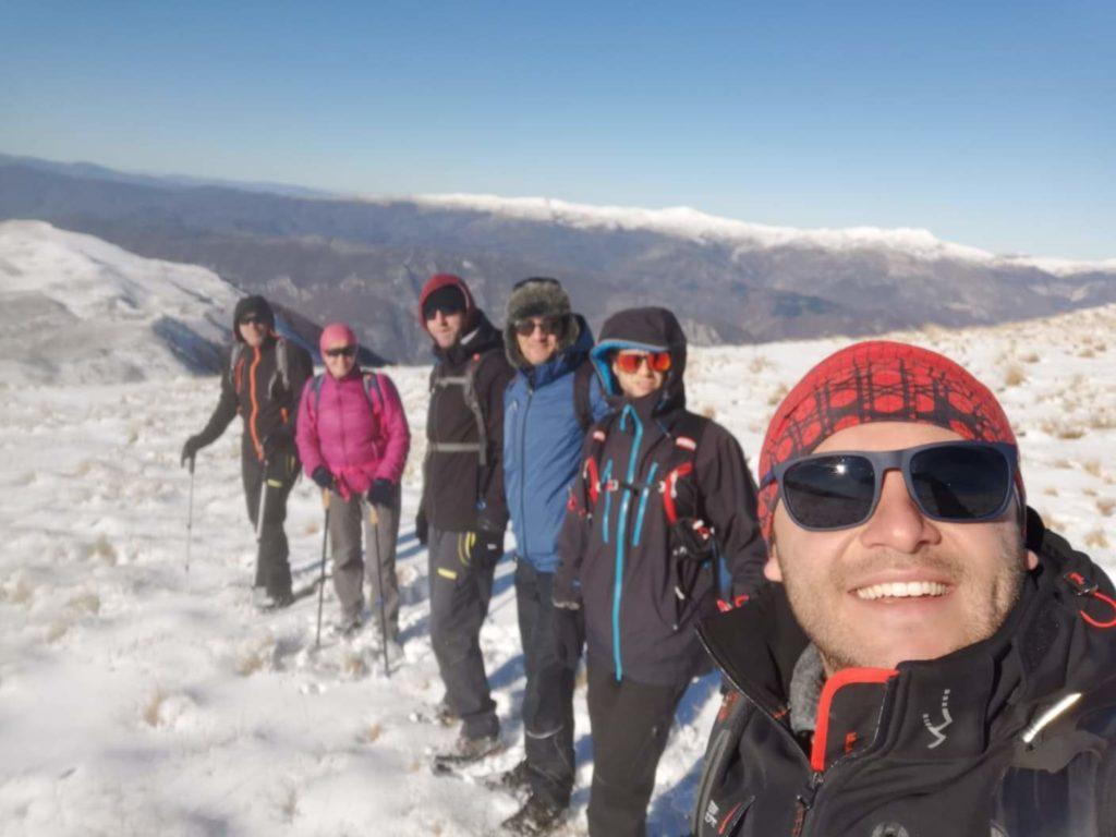Bjeshkatarët e Strugës ngjiten në majë 2085 metra të Rafuçit në Jabllanicë (VIDEO))