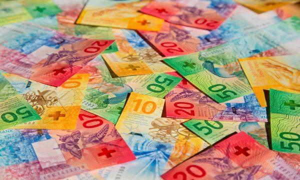 Fitoi 184 milionë franga në lotari, punon sërish kameriere