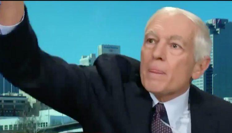 Gjenerali Wesley Clark hedh telefonin gjatë intervistës së drejtpërdrejt në CNN (VIDEO)