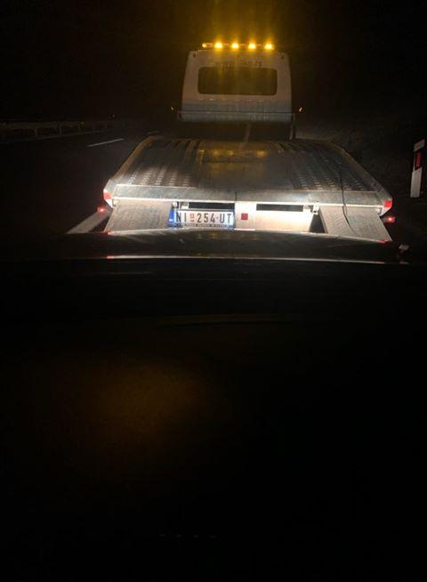 E frikshme/ Ja kush i shpërthen gomat e veturave të mërgimtarëve shqiptarë në Serbi