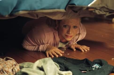 Gruaja i lë një letër burrit dhe fshihet poshtë krevatit për të provuar besnikërinë, reagimin e tij nuk e priste