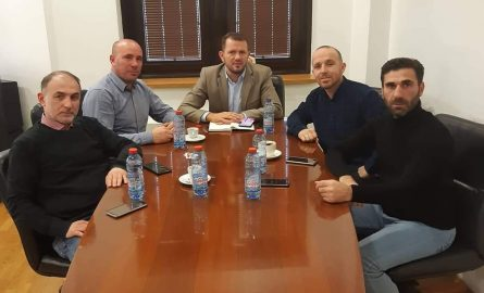 Alim Hajredini, kryetari i UKSHMV takon zv/drejtorin Izmit Nura